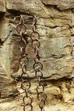 Старые цепи металла в грубой каменной стене стоковое изображение rf