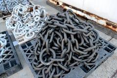 Старые цепи с ржавым на гавани стоковые изображения