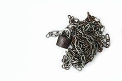 Старые цепь и padlock на белой предпосылке Стоковая Фотография