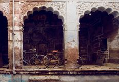 Старые циклы в дворе исторического индийского дома Концепция отдыха Индии Стоковое фото RF