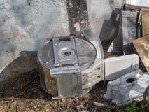 Старые части стиральной машины брошенные снаружи Стоковое Изображение RF