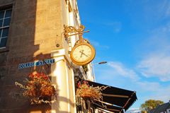 Старые часы в улицах Сент-Эндрюса, Шотландии Стоковое Изображение RF