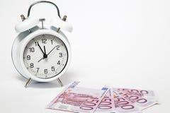 Старые часы и 500 евро Стоковые Изображения