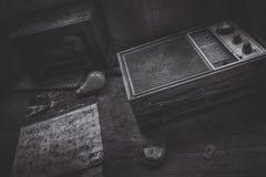 Старые часы и радио стоковые изображения
