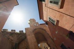 Старые часы на башне и солнце Стоковая Фотография RF