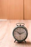 Старые часы на деревянной таблице Стоковая Фотография RF