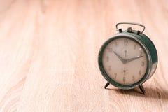 Старые часы на деревянной таблице Стоковое Изображение RF