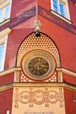 Старые часы на стене в старом городке Варшавы Стоковые Фотографии RF