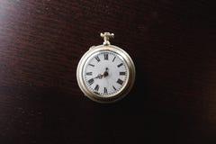 Старые часы на столе Стоковые Изображения RF