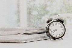Старые часы на таблице в живущей комнате Стоковое Фото