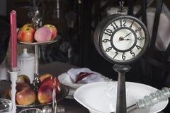 Старые часы на таблице Стоковое Изображение