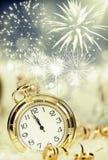 Старые часы с фейерверками и светами праздника Стоковая Фотография