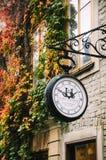 Старые часы улицы на предпосылке кирпичной стены с растительностью в Стокгольме стоковые изображения rf