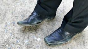 Старые черные кожаные ботинки видеоматериал