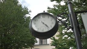 Старые черные часы в парке сток-видео