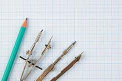 Старые чертегные инструменты стоковые изображения