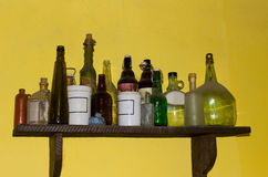 Старые чонсервные банкы винтажной бутылки фармации Стоковая Фотография