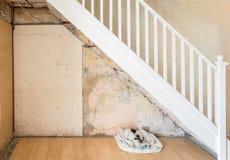 Старые чуть-чуть стена и лестница перед быть заштукатуренным Стоковые Изображения RF