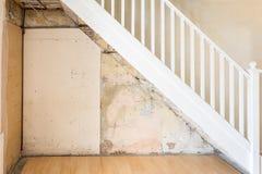 Старые чуть-чуть стена и лестницы во время реноваций Стоковое Изображение
