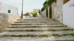 Старые шаги идя вверх в городок Ibiza стоковое изображение