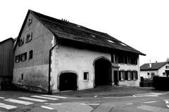 Старые швейцарские амбар и жилищное строительство стоковое изображение rf