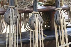 Старые шкивы и веревочки, морские инструменты стоковая фотография rf