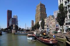 Старые шлюпки и современный highrise в Роттердаме, Голландии стоковая фотография rf