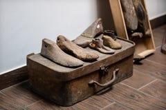 Старые шнурки ботинка Историческое shoemaker' фабрика и аксессуары s Стоковое Изображение
