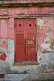 Старые штарки красного цвета и краска шелушения Стоковое Фото
