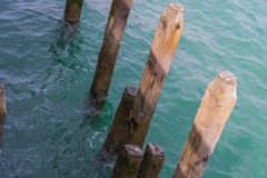 Старые штендеры пристани на голубом море стоковое фото rf
