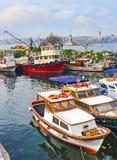 Старые шлюпки в гавани Uskudar Стоковые Изображения RF