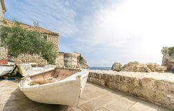 Старые шлюпки и стены города в Дубровнике стоковое фото rf