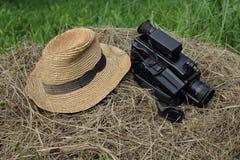 Старые шляпа и видеокамера на стоге сена Стоковые Изображения