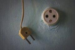 Старые электророзетка и штепсельная вилка на покрашенной стене Стоковое фото RF