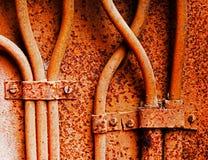 Старые электрические кабели на ржавой железной стене Стоковое фото RF