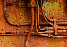 Старые электрические кабели на ржавой железной стене Стоковая Фотография