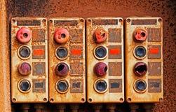 Старые электрические переключатели на ржавой железной стене Стоковые Изображения RF