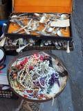 Старые ювелирные изделия столового прибора и костюма, блошинный Афин, Афины Стоковое фото RF