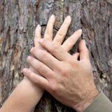 Старые люди держа руки outdoors. Стоковые Фото