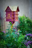 Старые Birdhouse & сад фото времени стоковая фотография rf