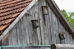 Старые birdhouses на стене амбара стоковая фотография