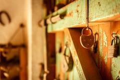 Старые padlocks помещенные на старой деревянной двери Стоковые Фото