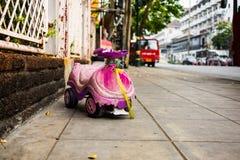 Старый автомобиль игрушки для ребенк на тротуаре Стоковые Фото