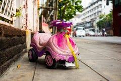 Старый автомобиль игрушки для ребенк на тротуаре Стоковое фото RF
