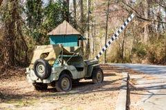 Старый автомобиль армии баррикадой Стоковое фото RF