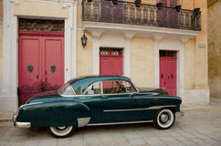 Старый автомобиль в городе Mdina старом Стоковая Фотография
