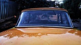 Старый автомобиль в ненастной погоде Стоковое Изображение
