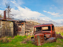 Старый автомобиль за лачугой Стоковые Изображения RF