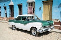Старый автомобиль на улице в Гаване Кубе Стоковая Фотография