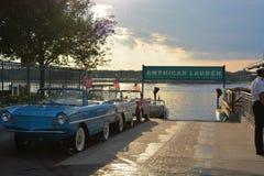 Старый автомобиль лодкамиамфибии с водителем - мир Уолт Дисней скачет к центру города Стоковые Изображения